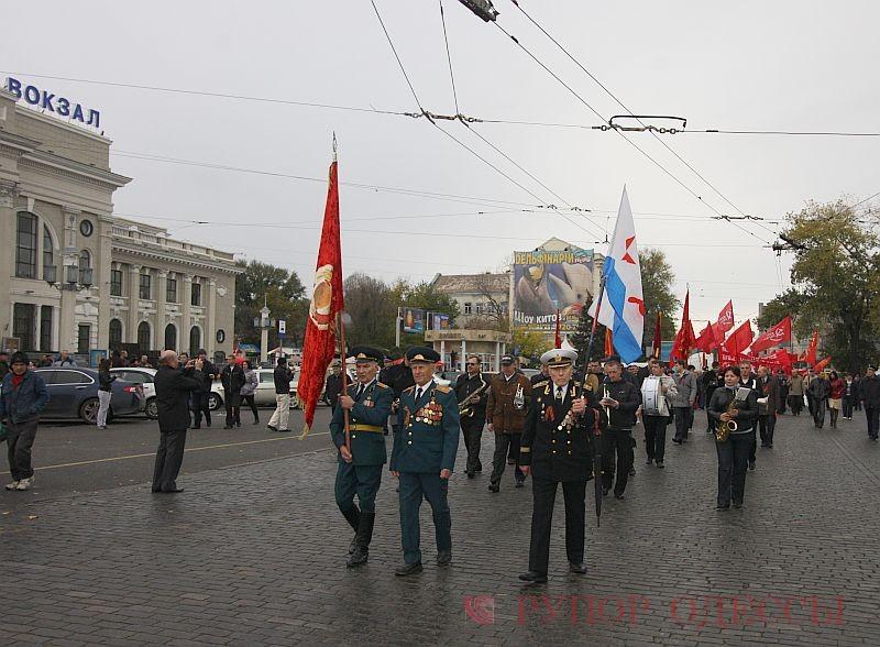 Так украшены 7 ноября маршрутные такси Одессы.